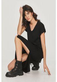 Czarna sukienka Answear Lab midi, gładkie, wakacyjna