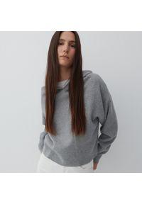 Reserved - Sweter z kapturem - Szary. Typ kołnierza: kaptur. Kolor: szary