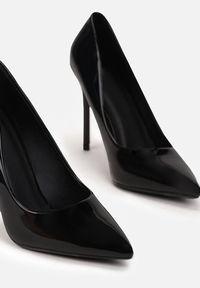 Renee - Czarne Szpilki Veloya. Okazja: na spotkanie biznesowe. Nosek buta: szpiczasty. Zapięcie: bez zapięcia. Kolor: czarny. Wzór: gładki. Materiał: lakier. Obcas: na szpilce. Styl: wizytowy, biznesowy, elegancki. Wysokość obcasa: średni