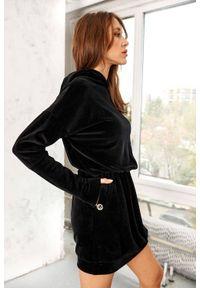 Lemoniade - Welurowa sukienka mini z kapturem bawełniana czarna. Typ kołnierza: kaptur. Kolor: czarny. Materiał: welur, bawełna. Długość rękawa: długi rękaw. Styl: elegancki. Długość: mini