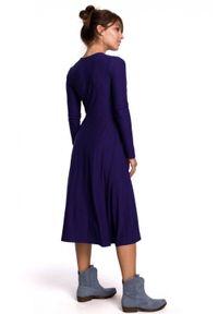 BE - Kopertowa sukienka midi z wiązaniem w pasie. Materiał: bawełna, elastan. Długość rękawa: długi rękaw. Typ sukienki: kopertowe. Długość: midi