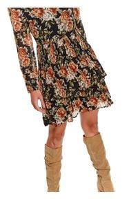 TOP SECRET - Sukienka damska z nadrukiem. Okazja: do pracy, na imprezę. Typ kołnierza: kołnierzyk stójkowy. Kolor: czarny. Materiał: materiał. Wzór: nadruk. Sezon: zima. Typ sukienki: proste