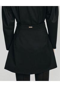 ANIA KUCZYŃSKA - Wełniana mini spódnica Alba. Okazja: na co dzień. Stan: podwyższony. Kolor: czarny. Materiał: wełna. Wzór: gładki. Styl: elegancki, casual