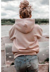 Susan Sport x Kuba Wojewódzki - Pudrowo różowa bluza Susan Sport. Okazja: do domu, na co dzień, na plażę. Typ kołnierza: kaptur. Kolor: różowy. Materiał: poliamid, elastan. Wzór: haft. Styl: sportowy