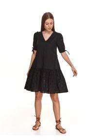 TOP SECRET - Sukienka z bufiastymi rękawami i ażurową falbaną. Typ kołnierza: dekolt w kształcie V. Kolor: czarny. Materiał: bawełna, tkanina. Wzór: ażurowy. Sezon: lato