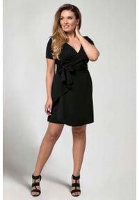 Nommo - Czarna Kobieca Sukienka Kopertowa PLUS SIZE. Kolekcja: plus size. Kolor: czarny. Materiał: poliester, wiskoza. Typ sukienki: kopertowe, dla puszystych