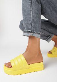 Born2be - Żółte Klapki Morganah. Kolor: żółty. Materiał: guma. Wzór: aplikacja. Obcas: na platformie