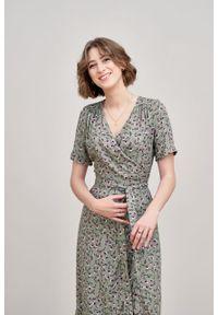 Marie Zélie - Sukienka Irmina Fiori. Materiał: wiskoza, materiał, tkanina, skóra, poliester. Długość rękawa: krótki rękaw. Wzór: napisy. Typ sukienki: proste, kopertowe