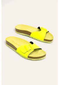 Żółte klapki Pepe Jeans bez obcasa