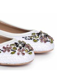 LE SILLA - Baleriny z kryształkami Swarovskiego. Okazja: na co dzień. Kolor: biały. Materiał: materiał. Styl: elegancki, casual