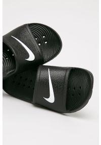Czarne klapki Nike Kids z okrągłym noskiem, na obcasie, na średnim obcasie