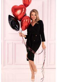 Merribel - Czarna Prosta Kopertowa Sukienka z Guzikami. Kolor: czarny. Materiał: poliester, elastan. Typ sukienki: proste, kopertowe