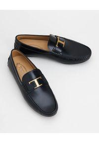 TOD'S - Czarne skórzane mokasyny. Nosek buta: okrągły. Kolor: czarny. Materiał: skóra. Wzór: aplikacja #7