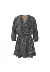 Marsala - Sukienka z dekoltem na zakładkę z wiskozy w panterkę - BIRMA BY MARSALA. Okazja: na imprezę. Materiał: wiskoza. Wzór: motyw zwierzęcy. Sezon: lato. Typ sukienki: trapezowe