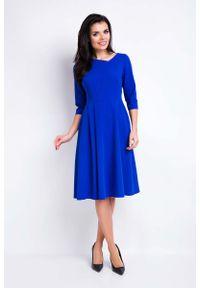 Awama - Niebieska Sukienka Rozkloszowana Midi z Asymetrycznym Dekoltem. Kolor: niebieski. Materiał: poliester, wiskoza, elastan. Typ sukienki: asymetryczne. Długość: midi