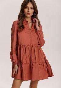 Renee - Ceglasta Sukienka Hazestrike. Kolor: czerwony. Długość rękawa: długi rękaw. Wzór: aplikacja. Typ sukienki: koszulowe. Styl: elegancki. Długość: mini
