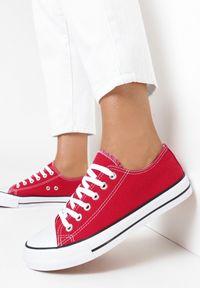 Born2be - Czerwone Trampki Rharanin. Okazja: na co dzień. Nosek buta: okrągły. Zapięcie: pasek. Kolor: czerwony. Szerokość cholewki: normalna. Wzór: aplikacja. Wysokość cholewki: przed kostkę. Materiał: materiał, guma. Styl: sportowy, casual