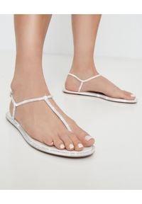RENE CAOVILLA - Białe sandały Amalia z kryształami Swarovskiego. Zapięcie: klamry. Kolor: biały. Materiał: len. Wzór: aplikacja, paski. Sezon: lato. Styl: klasyczny