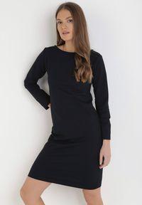 Born2be - Ciemnogranatowa Sukienka Sanya. Okazja: na co dzień. Kolor: niebieski. Materiał: bawełna, dzianina, jeans. Długość rękawa: długi rękaw. Typ sukienki: proste, oversize. Styl: casual. Długość: mini
