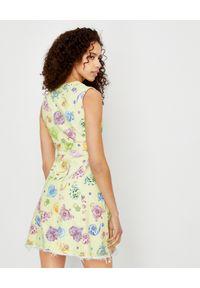 Versace Jeans Couture - VERSACE JEANS COUTURE - Żółta sukienka z nadrukami. Kolor: żółty. Materiał: bawełna. Wzór: nadruk. Typ sukienki: dopasowane, sportowe. Styl: elegancki, sportowy. Długość: mini