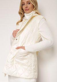 Renee - Kremowa Kamizelka Thaelehe. Typ kołnierza: golf. Kolor: beżowy. Materiał: jeans, materiał. Wzór: jednolity. Styl: elegancki