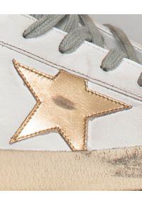 GOLDEN GOOSE - Sneakersy Superstar. Kolor: biały. Wzór: motyw zwierzęcy, aplikacja. Obcas: na koturnie