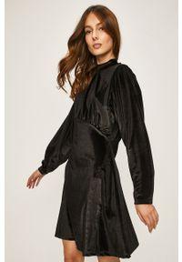 Czarna sukienka ANSWEAR ze stójką, rozkloszowana, z długim rękawem, mini