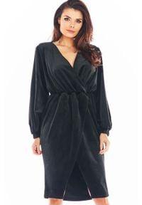 Awama - Czarna Welurowa Sukienka Zakładana Kopertowo. Kolor: czarny. Materiał: welur. Typ sukienki: kopertowe