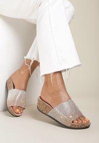 Renee - Różowe Klapki Adraselia. Nosek buta: okrągły. Kolor: różowy. Obcas: na koturnie. Styl: klasyczny