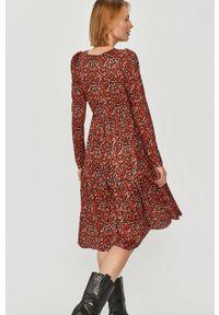 Czerwona sukienka Answear Lab w kwiaty, z długim rękawem, prosta