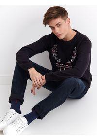 Niebieski sweter TOP SECRET w kolorowe wzory, na wiosnę