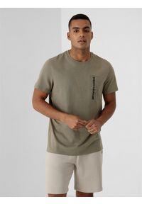 4f - T-shirt basic regular z nadrukiem męski. Kolor: beżowy. Materiał: dzianina, bawełna. Wzór: nadruk