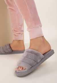 Renee - Szare Kapcie Fluttermist. Nosek buta: okrągły. Zapięcie: bez zapięcia. Kolor: szary. Materiał: futro, materiał, guma