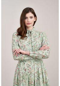 Marie Zélie - Sukienka Leandra Edera zielona. Typ kołnierza: kokarda. Kolor: zielony. Materiał: tkanina, bawełna, wiskoza, materiał. Długość rękawa: długi rękaw