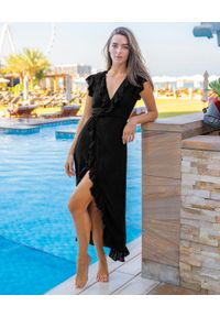 CAHA CAPO - Czarna sukienka maxi Lizzie. Typ kołnierza: kołnierz z falbankami. Kolor: czarny. Materiał: tkanina, materiał. Długość: maxi