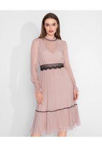 Nissa - NISSA - Różowa midi sukienka z jedwabiu. Kolor: różowy, wielokolorowy, fioletowy. Materiał: jedwab. Długość rękawa: długi rękaw. Sezon: lato, wiosna. Długość: midi