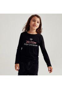 Reserved - Bawełniana koszulka z napisem - Czarny. Kolor: czarny. Materiał: bawełna. Wzór: napisy