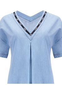 LA MANIA - Sukienka z jasnoniebieskiego jeansu Ohio. Typ kołnierza: dekolt w kształcie V. Kolor: niebieski. Materiał: jeans. Wzór: aplikacja