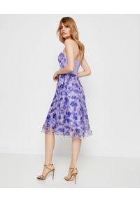 Elisabetta Franchi - ELISABETTA FRANCHI - Sukienka midi w kwiaty. Okazja: na imprezę. Kolor: niebieski. Długość rękawa: bez ramiączek. Wzór: kwiaty. Sezon: lato. Długość: midi #4