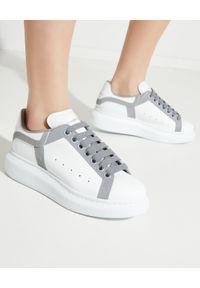 Alexander McQueen - ALEXANDER MCQUEEN - Sneakersy z odblaskowymi detalami. Nosek buta: okrągły. Zapięcie: sznurówki. Kolor: biały. Materiał: guma. Wzór: nadruk