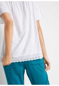 """Shirt bawełniany """"carmen"""" z ażurowym haftem bonprix biały. Typ kołnierza: typu carmen. Kolor: biały. Materiał: bawełna. Wzór: haft, ażurowy"""