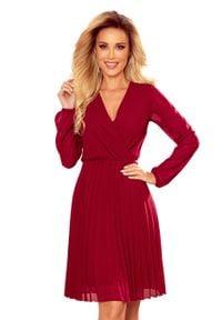 Numoco - Kopertowa Sukienka z Plisowanym Dołem - Bordowa. Kolor: czerwony. Materiał: poliester, elastan. Typ sukienki: kopertowe