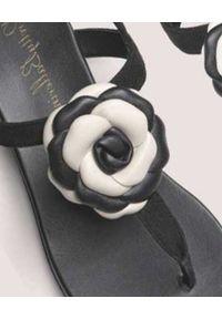 PRETTY BALLERINAS - Czarne japonki ze skóry Judy. Kolor: czarny. Materiał: skóra. Wzór: kwiaty, aplikacja. Sezon: lato. Styl: elegancki