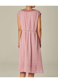 M.A.B.E - Różowa sukienka midi Rosa. Kolor: różowy, fioletowy, wielokolorowy. Materiał: bawełna. Wzór: kwiaty, haft, aplikacja. Długość: midi