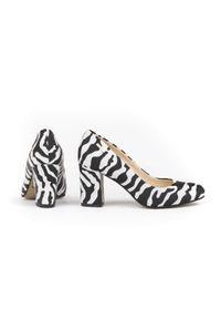 Zapato - klasyczne czółenka na słupku - skóra naturalna - model 042 - kolor zebra. Okazja: na wesele, na ślub cywilny, na imprezę. Nosek buta: okrągły. Materiał: skóra. Wzór: motyw zwierzęcy. Sezon: lato. Obcas: na słupku. Styl: klasyczny. Wysokość obcasa: średni