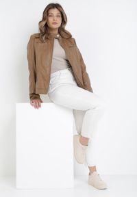 Born2be - Brązowa Ramoneska Phereis. Typ kołnierza: kołnierzyk stójkowy. Kolor: brązowy. Materiał: jeans. Długość rękawa: długi rękaw. Długość: długie