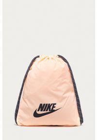 Nike Sportswear - Plecak. Kolor: różowy. Wzór: nadruk