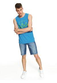 Niebieski t-shirt TOP SECRET z nadrukiem, bez rękawów