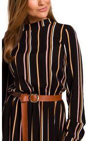 Style - Sukienka w stylu BOHO w paski z falbaną. Typ kołnierza: kołnierzyk stójkowy. Materiał: materiał. Wzór: paski. Styl: boho