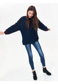 Niebieski sweter TOP SECRET na zimę, casualowy, w kolorowe wzory